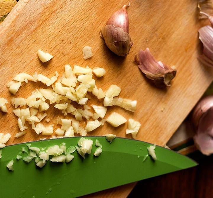 Two Super Easy & Fast Ways To Peel Garlic by @SpicieFoodie | #garlic #kitcheninfo #kitchen101