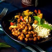 拉差五香蔬菜和鹰嘴豆饭碗通过@SpicieFoodie |#vegan #meatlessmeals