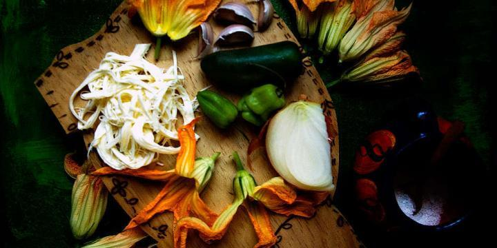 How to make #zucchini blossom #quesadillas. Once you taste them you'll never pass one up. | Como preparar quesadillas de flor de calabaza. #fordecalabaza #zucchiniblossoms #edibleflowers #Mexicanfood #vegetarian