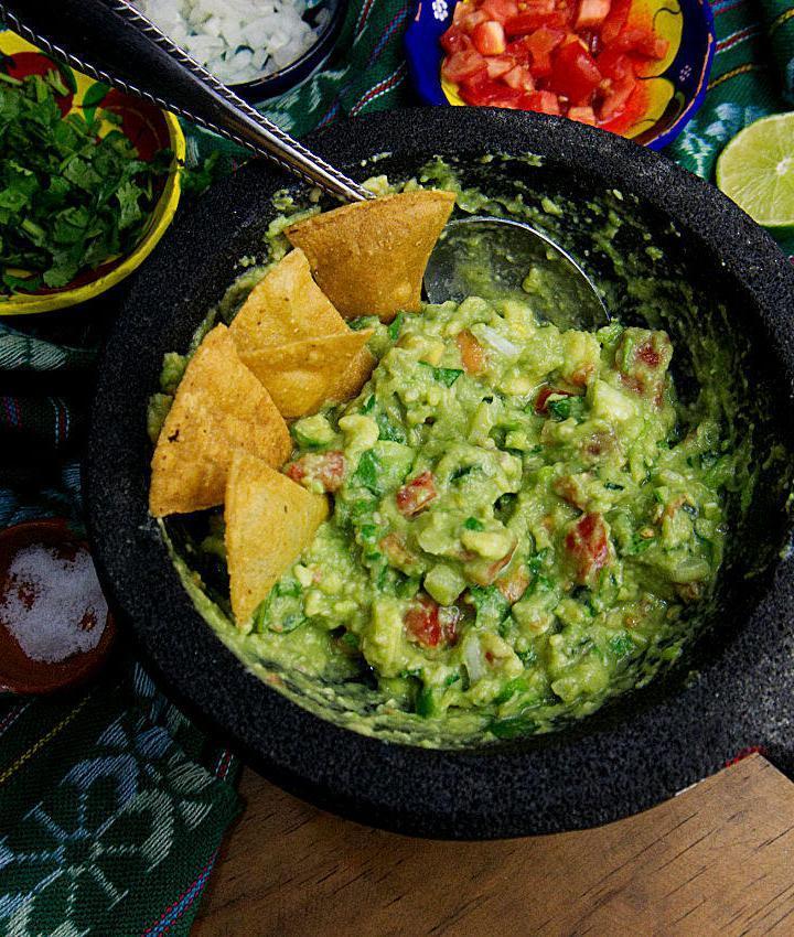 Small Batch Guacamole Recipe | How to make authentic #guacamole at home. #vegan #veganmexican #partyfood #tailgatingfood #superbowl #cincodemayo #avocado #traditinalrecipe