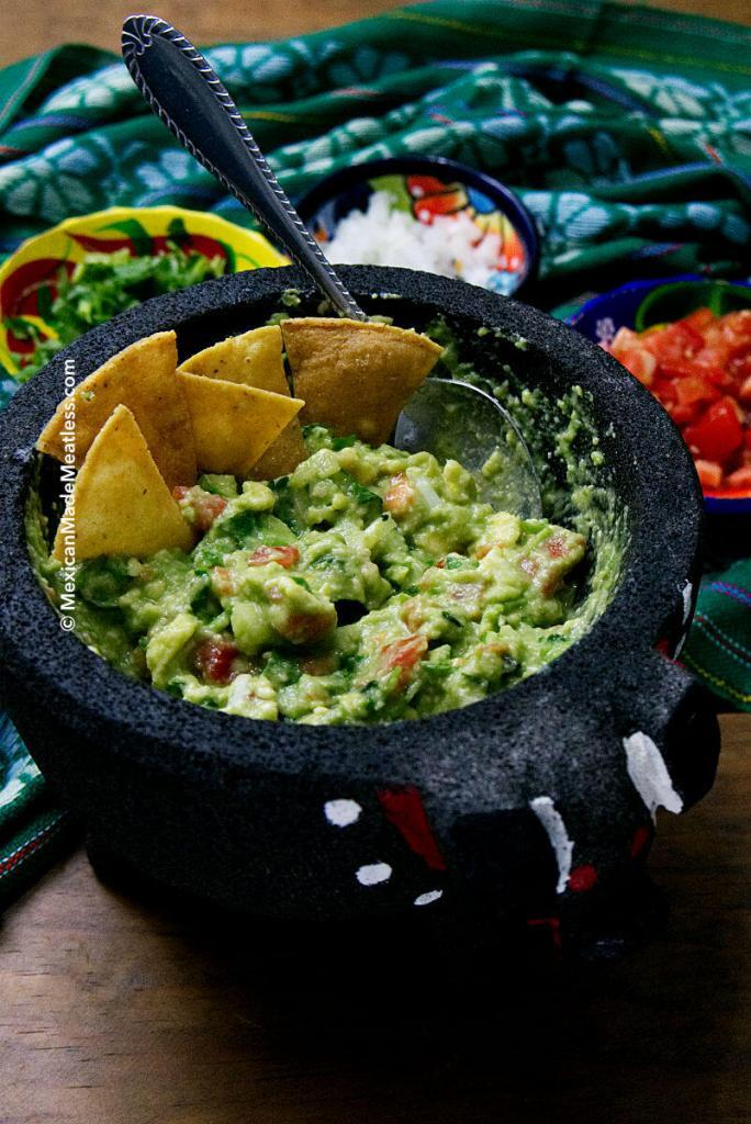Small Batch Guacamole Recipe | How to make authentic #guacamole at home. #vegan #veganmexican #partyfood #tailgatingfood #superbowl #cincodemayo #avocado #traditinalrecipe